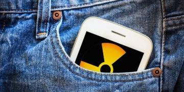 Чувајте го своето здравје: Еве зошто мобилниот никогаш не треба да го носите во џеб