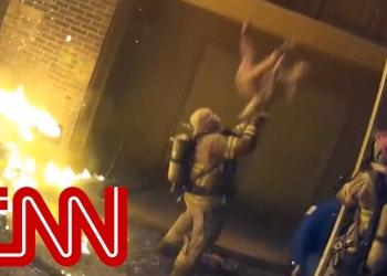 (Видео) Американски пожарникар фати дете фрлено од третиот кат на запалена зграда