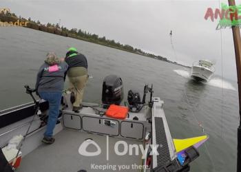 (Видео) Рибари од Орегон мораа да скокаат од чамец за да се спасат од судир со глисер