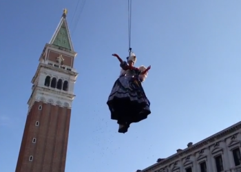 """(Видео) Илјадници луѓе го следеа """"Летот на ангелот"""" во Венеција"""