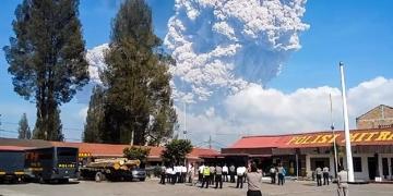(Видео) Ерупција во Индонезија: Вулкан исфрла пепел во висина од пет километри