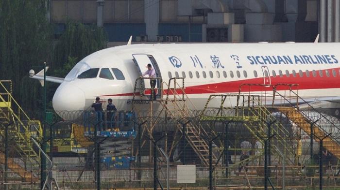 (Видео) Во лет пукнало стакло во пилотската кабина, копилотот ќе излетал од авионот