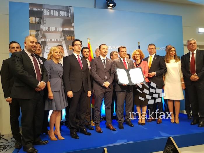(Видео) Заев: Со пенкало турнавме режим, со пенкало добивме кандидатски статус