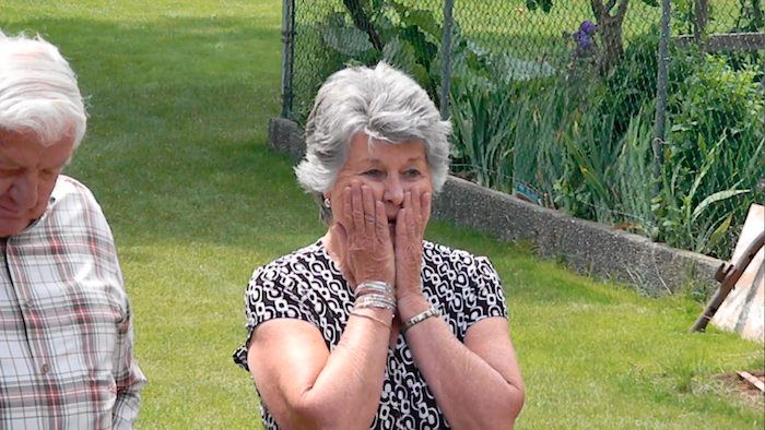 Емотивно – излегла во својот матурски фустан, а кога бабата го забележала деталот се расплакала