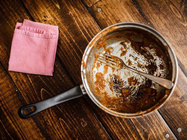 Исчистете ги загорените тенџериња со помош на две состојки кои сигурно ги имате во својата кујна